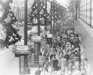 finish that last-minute shopping; Chicago 1950